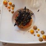 Rillettes de crabe, concassée de tomates fraîches au basilic et tuile à l'encre de seiche