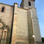Iglesia sencilla y grandiosa a un tiempo,que conserva el homenaje a los fieles caídos en la guer