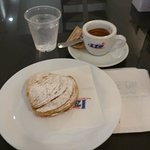 Colazione con sfogliatella riccia e caffè