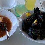 Zupa rybna z owocami morza, Mule w sosie winno-śmietanowym.