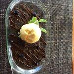 Postre de brownie con helado, muy rico