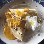 Crepe de piña y salsa de mango, muy rico