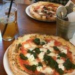 Pizza Popeye (na dole), Romana (na górze) oraz koktajl piwny z melonem i piwo Kout