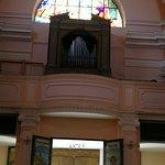 la porta d'ingresso principale e l'organo sopra l'entrata