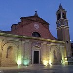 la chiesa illuminata di sera