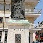 statua a destra della piazza