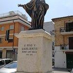 Statua a sinistra della piazza