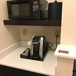 Frigobar, máquina de café e microondas