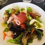 Salade italienne dans le plat du jour et une autre salade lardons pomme de terre sur le menu.