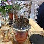 茶是由壺的底部流出來的,很有趣