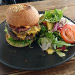 Burgeri tuplalihalla ja salaatilla