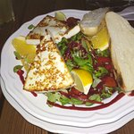Grilled goat cheese with green salad and raspberry sauce
