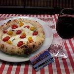una Pizza davvero caratteristica con Pachino del Vesuvio e Bufala...ottimo anche il vino...grazi