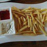Картофель фри с томатным соусом. Мы дополнительно заказали чесночный соус