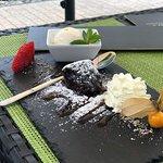 Schokoladenvulkan mit Vanilleeis, Sahne und Früchten