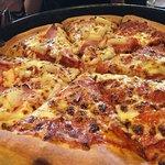 Pizza mitad hawaiana mitad mexicana