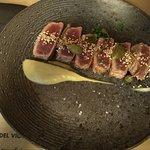 tataki tonyina de cua groga amb fumat d'albergínia_large.jpg