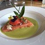 Le saumon mi-cuit sur bouillon de coquillages et quenelle à la tomate