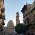 นอกจากน้านขายของแล้ว คุณก็สามารถเดินชมมัสยิดหรือตึกสวยๆที่นี่ได้