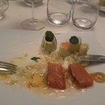 saumon fumé sauce airgre douce poireau avec des oeufs de poisson volant