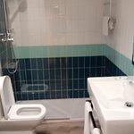 Keurige badkamer met rain-shower en handdouche, fijne handdoeken , fohn en zelfs toiletgerei
