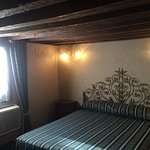 Petite chambre pratique, à la décoration vénitienne