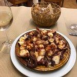 Tortilla galleta con chorizo colorado, pulpo y flan.