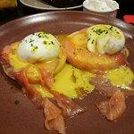Huevos pochados con salmón