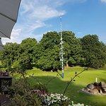 Blick auf das perfekte Grün des angeschlossenen Golfplatzes