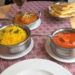 Chicken tikka masala, chicken curry, arroz pilau, cheese bread