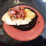 Plat : Cabillaud, riz noir vénéré et mousse de betterave.
