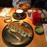 Ролл с лососем и крабом с соусом халапеньо