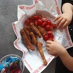 menu enfant avec poulet pané croustillant et tomates cerise à la place des frites