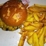 Beef-Burger mit Käse, Pommes und Coleslaw