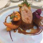 filet mignon de porc, abricot au romarin, mini poireau grille et jus de cochon