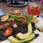 Salmón Aguaymonto (sobre arroz con tinta de calamares)