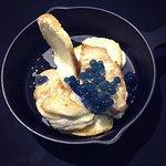 Sgombro scottato su baguette al forno, maionese e cavolo viola molecolare