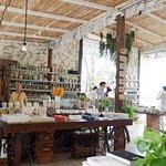 มีมุมให้ถ่ายรูปเยอะดีค่ะ ที่ร้านมี 2 โซน ที่เป็นโซนร้านอาหาร และโซนร้านกาแฟ