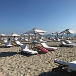 Il beach staff del MarePineta alle 840 del mattino ha già predisposto tutti i teli in attesa deg