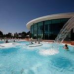 2 bassins extérieurs toute l'année, de l'eau à 33°C, des bulles et des jets massant...