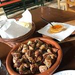 Todo rico, media de carne de fiesta, pan, mojo queso, arroz con leche y café 9€
