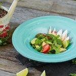 Салат с крабом, авокадо и артишоками