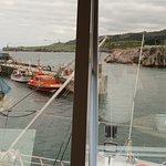 Vista del puerto de Llanes a través de la cristalera del comedor