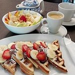 Waffles de Nutella y Cuenco de Frutas de Estación y Granola; acompañado del mejor Café.