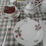 La vaisselle pour le service du thé est un don de la communauté.