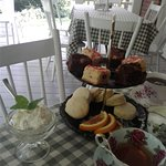 Expérience de thé à l'anglaise sur le balcon avec vue sur le jardin