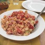 Panzanella- pane sbriciolato con pomodori, cipolle, cetriolo, sedano e peperoni