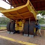 O imenso caminhão com rodas de quase dois metros de altura.