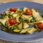 Zucchini Carpaccio mit Brunnenkresse und Wasabierbsen
