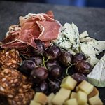 syrovo-sunkovy tanier k vinu